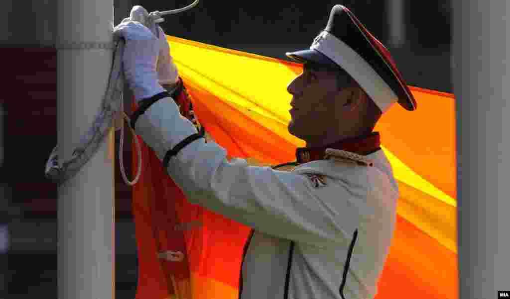 МАКЕДОНИЈА - Не се водат, ниту ќе се водат разговори со Грција за промена на химната, ниту некои од македонските државни симболи, изјави владиниот портпарол Миле Бошњаковски.