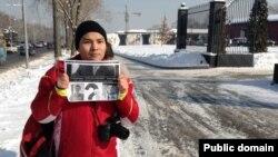 Блогер Нурали Айтеленов, не приглашенный на встречу с акимом Алматы, держит плакат рядом с рестораном, где обедают аким и блогеры. Алматы, 5 февраля 2014 года.