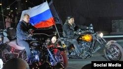 Президент России Владимир Путин с байкером Хирургом (Александром Залдостановым)