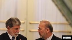 منوچهر متکی (راست)، وزیر امور خارجه ایران همراه با سلسو آموریم، همتای برزیلی اش