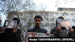 Около 20 представителей «Движения сопротивления» молча стояли перед зданием министерства