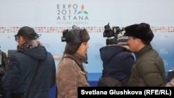 Журналисты и телеоператоры ждут начала мероприятия на месте будущей выставки EXPO-2017. Астана, 31 октября 2016 года.