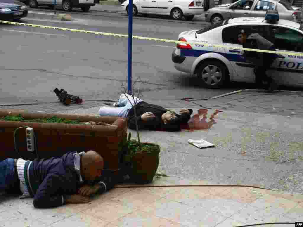 Turska - Sedam policajaca ranjeno - Policija u Istanbulu tvrdi da je jedan ekstremni ljevičar ranio sedam policajaca koji su imali nalog da pretraže njegov stan.
