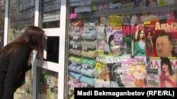 Адольф Гитлерге арналған «Аңыз адам» журналының №8 саны сатылып тұрған дүңгіршек. Алматы, 18 сәуір 2014 жыл.