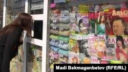 Витрина газетного киоска с апрельским номером журнала «Аныз адам» с фотографией Гитлера на обложке. Алматы, 18 апреля 2014 года.
