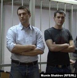 Алексей (слева) и Олег Навальные в Замоскворецком суде.