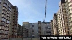 Строительство домов на месте комплекса «Бесоба» ведется рядом с уже заселенными, Караганда, 17 марта 2019 года.