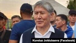 Бывший президент Кыргызстана Алмазбек Атамбаев со сторонниками в своем доме в селе Кой-Таш. 2 июля 2019 года.