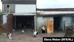 Көкпекті тұрғындарының 2014 жылы ауылды су басқанда бүлінген қора-қопсыларын ешкім қалпына келтірмеді. Қарағанды облысы, 20 маусым 2016 жыл.
