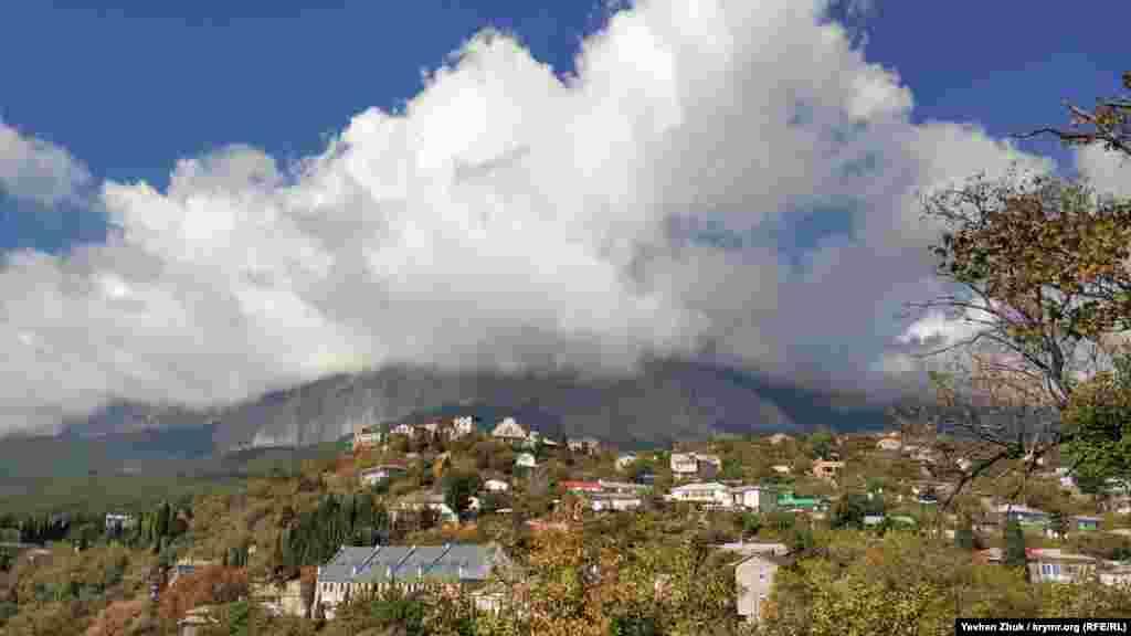 Гора Ай-Петрі за хмарами
