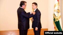 Президенти Тоҷикистон ҳангоми додани мукофоти давлатӣ ба Ҷамолиддин Нуралиев.