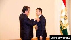 Эмомали Рахмон вручает награду своему зятю Джамолиддину Нуралиеву