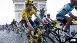 Британский велогонщик Кристофер Фрум (в желтой майке) на заключительном этапе многодневки «Тур де Франс». Париж, 21 июля 2013 года.