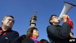 Өмүрбек Текебаев, Роза Отунбаева жана Эдил Байсалов. 2006-жылы ноябрда Бакиевдин кызматтан кетишин талап кылып чыккан, миңдеген адамдар катышкан оппозициянын митингинде.