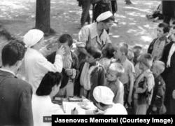 Диана Будисавлевич и сестра Красного Креста в лагере Градишка. Фото 1942 года