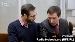 Шевченківський районний суд Києва обирає запобіжний захід для засновника аналітичного онлайн-сервісу YouControl Сергія Мільмана (ліворуч)