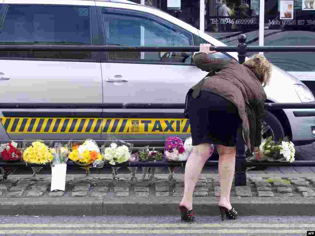 Вялікабрытанія. Кветкі на вуліцы Duke Street у горадзе Whitehaven на месцы, дзе таксіст забіў трох чалавек.