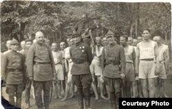 Rus soldatları Nərimanovu çiyinlərində aparırlar
