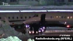 Віктор Медведчук у компанії невідомих виходить з літака