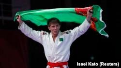 Türkmenistanly türgen Kemal Meredow Indoneziýada geçirilýän 18-nji Aziýa oýunlarynda gazanan bürünç medalyny baýdak göterip gutlaýar. 24-nji awgust, 2018
