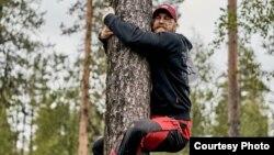 Участник из Украины на чемпионате мира по обниманию деревьев, Финляндия