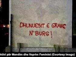 """""""Dhunuesit e grave në burg"""", është mesazhi i shkruar në një mur në Vushtrri."""