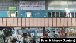 Азық-түлік базары ішіндегі вакциналау орталығы. Алматы, 14 сәуір 2021 жыл.