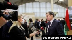 Былы міністар інфармацыі і новы галоўны ідэоляг Ігар Луцкі дае інтэрвію тэлеканалу СТВ на Менскай кніжнай выставе. Люты 2021 года