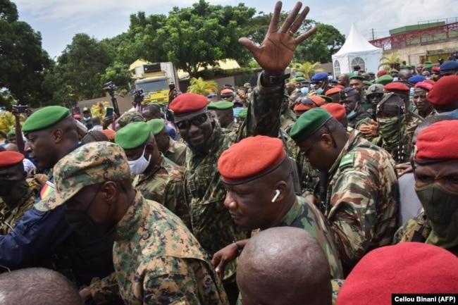 Полковник Мамади Думбуя (в центре в солнцезащитных очках) в окружении сторонников и ликующей толпы. Конакри, 6 сентября 2021 года