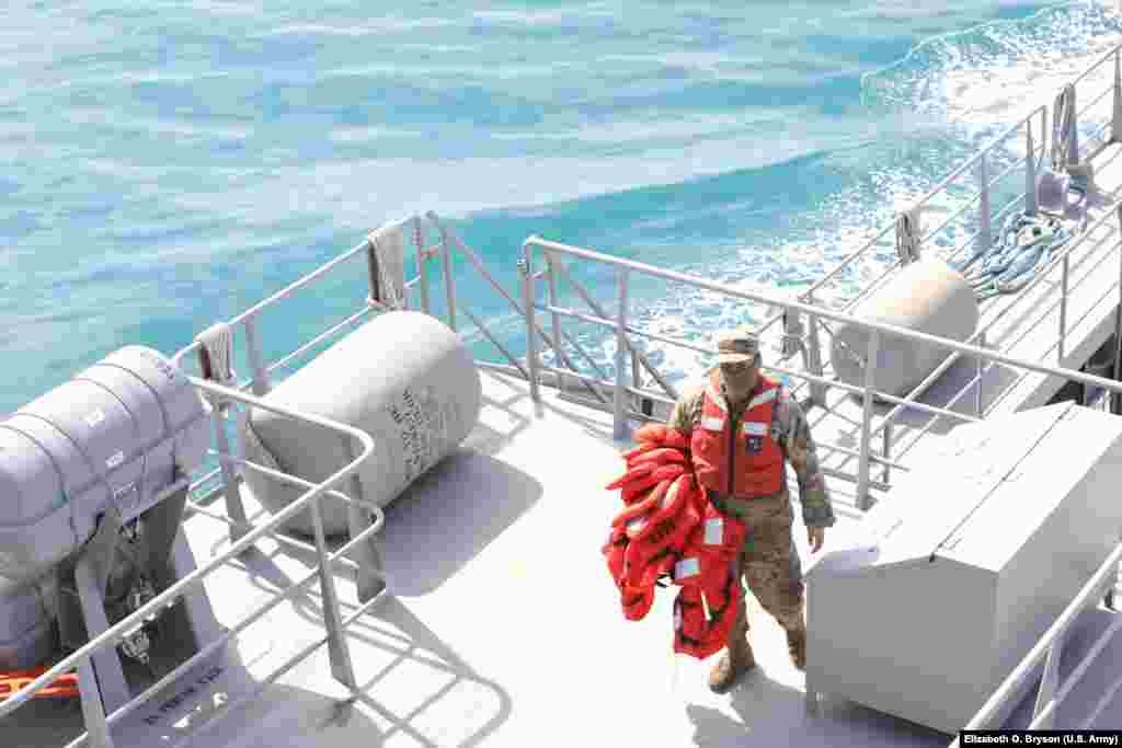 """Detari i Ushtrisë amerikane bart jelekë shpëtimi në anijen """"Charles P. Gross"""", afër portit të Durrësit."""