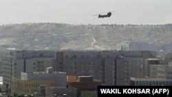 A képen egy amerikai katonai helikopter repül az Egyesült Államok kabuli nagykövetsége felett 2021. augusztus 15 -én.