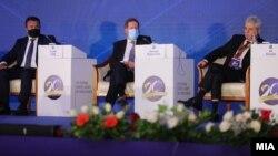 Makedonski premijer Zoran Zaev, bivši generalni sekretar NATO-a Džordž Robertson i lider DUI Ali Ahmeti na skupu u Skoplju, na 20. godišnjicu potpisivanja Ohridskog sporazuma