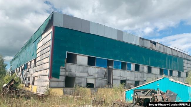 Остатки общежития на территории 202-го куста на Приобском месторождении