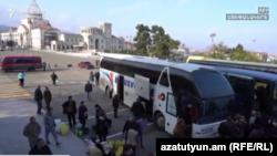 Айрым армяндар Еревандан кайра Тоолуу Карабактын жикчил бөлүгүнө кайтууда. 2020-жылдын 12-декабры.