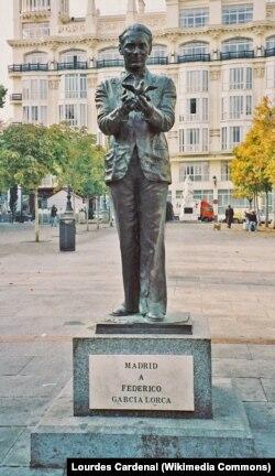 Памятник Федерико Гарсия Лорке в Мадриде. Скульптор Хулио Лопес Эрнандес