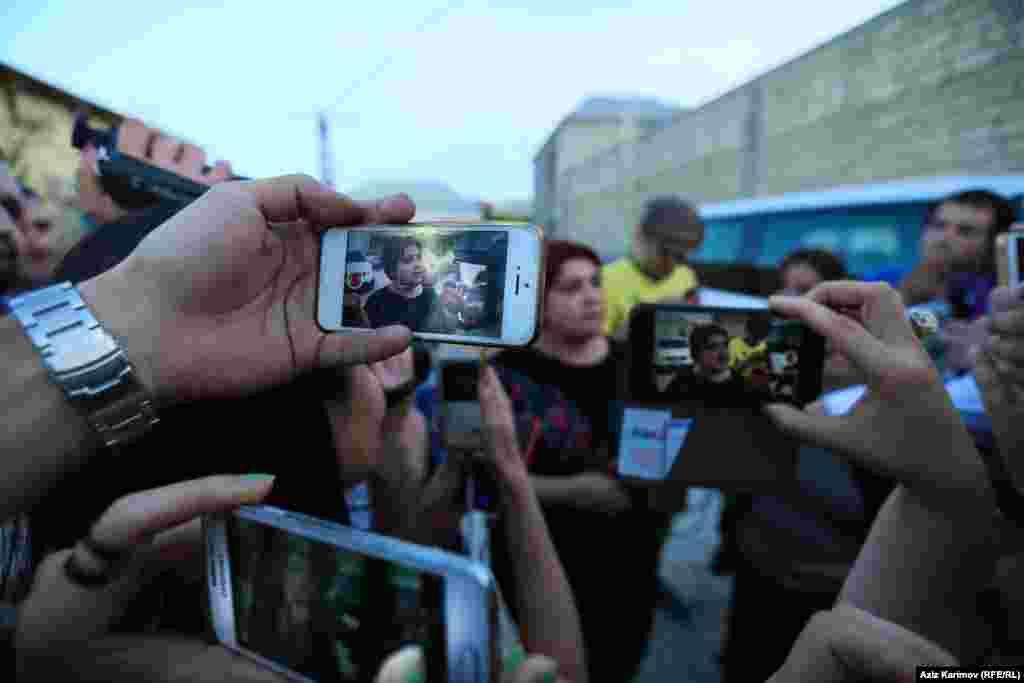 """Известная азербайджанская журналистка Хадиджа Исмайлова вышла из тюрьмы25 мая 2016 года. Приговор суда в 7,5 лет тюрьмы ей заменили на условный в три года и шесть месяцев. В сентябре 2015 года суд в Баку признал журналистку виновной в растрате и налоговых преступлениях, но Хадиджа и ее адвокаты считали дело политическим, а процесс, который над ней проходил – с многочисленными нарушениями. Журналистка много лет расследовала коррупцию в высших эшелонах власти Азербайджана, в том числе в правящей семье. После освобождения из тюрьмы, она заявила, что не покинет Азербайджан. """"Я не собираюсь убегать только потому, что кому-то не нравится то, что я говорю правду"""", – сказала она"""