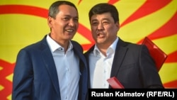 Presidential candidates Bakyt Torobaev (right) and Omurbek Babanov in Jalal-Abad on September 17