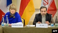 Представитель службы дипломатии Евросоюза Хельга Шмидт (слева) и заместитель министра иностранных дел Ирана Аббас Аракчи.