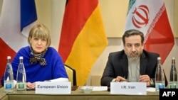 Еуропа Одағының дипломатиялық қызмет өкілі Хельг Шмидт (сол жақта) пен Иран сыртқы істер министрінің орынбасары Аббас Аракчи. Лозанна, 26 наурыз 2015 жыл.