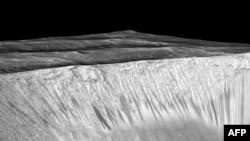 Темные полосы - вероятные ручьи воды на Марсе