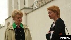 Родственники арестованных активистов оппозиции, подозреваемых в взрыве бомбы 4 июля 2008 в Минске, ожидают возле тюрьмы. 10 июля 2008