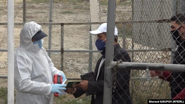 Проверка на коронавирус на узбекско-кыргызской границе. Переход границы «Достук».