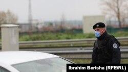 Policajac sa zaštitnom maskom u kontroli saobraćaja u Prištini. Kosovo je 1. juna ušlo u treću fazu olakšavanja preventivnih mera