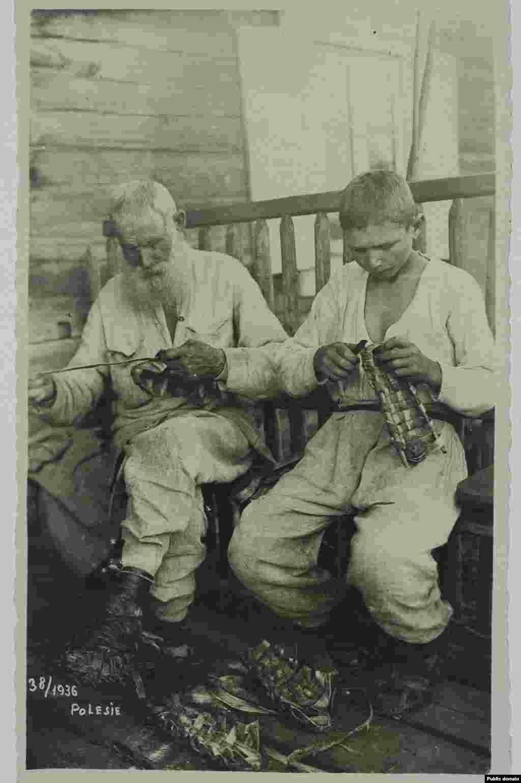 Полесские старик и мальчик плетут лапти, 1936 год.