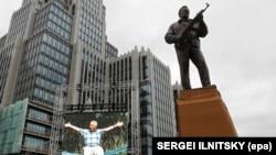 Памятник Михаилу Калашникову - создателю автомата, распространенного по всему миру