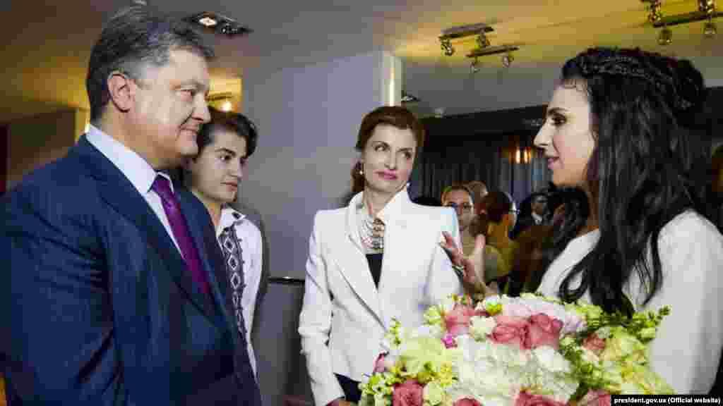 Петро Порошенко, його дружина Марина Порошенко і син Михайло з Джамалою після її сольного концерту в Києві. 24 травня 2016 року