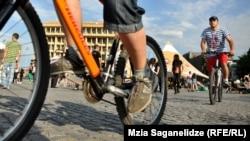 Тбилисские велосипедисты довольно сплоченный народ, и стоит кому-либо впервые прокатиться по городу на новоприобретенном велосипеде, как проезжающие мимо любители этого вида спорта приветственно поднимают руку
