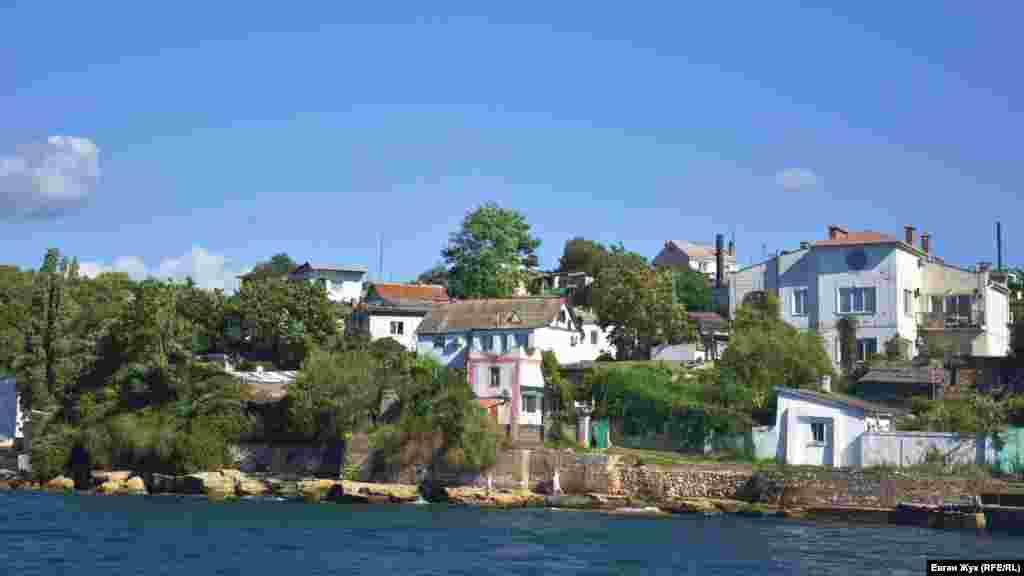 Некоторые из домов в «Аполлоновке», как ее называют местные жители, буквально нависают над морем