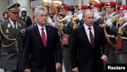 Президент РФ Владимир Путин и президент Австрии Хайнц Фишер обходят строй почетного караула по прибытии Путина в Вену
