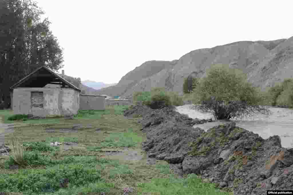 В сельском округе Сары-Булак река смыла мост.